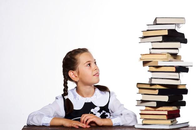Fille étudiante sexy lisant un livre, fond blanc.