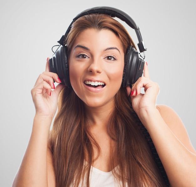 Fille excité dans les écouteurs