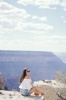 Fille explorant le grand canyon en arizona