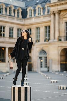 Fille explorant les rues de paris france par elle-même