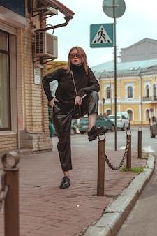 Fille extravagante à la mode sur une promenade