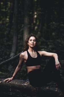 Fille faire du sport dans la forêt. dans la position du lotus. exercices, gymnastique, relaxation. mode de vie sain.