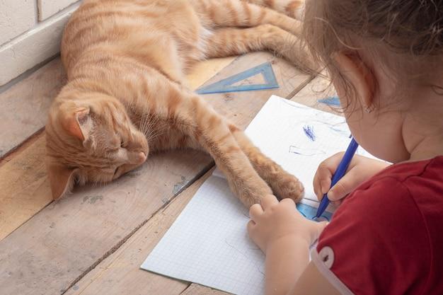 Fille à faire ses devoirs