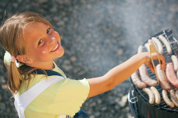 Fille faisant le barbecue