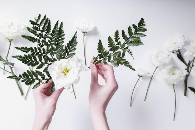 Fille faisant un bouquet