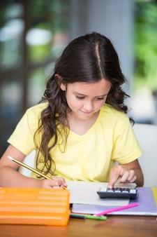 Fille faisant des devoirs de maths