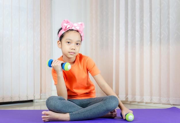 Fille faisant des exercices à la maison
