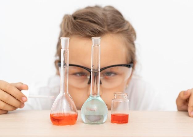 Fille faisant des expériences de chimie avec des tubes à essai