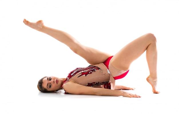Fille faisant de la gymnastique rythmique