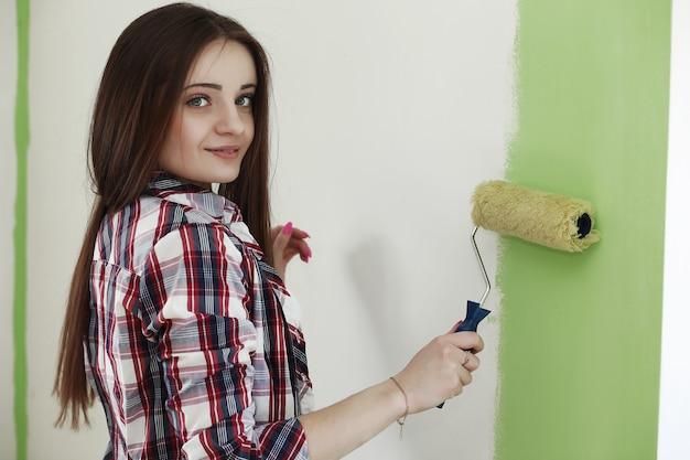 Fille faisant des réparations dans l'appartement un jour ouvrable