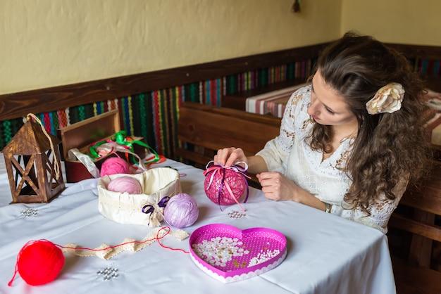 Fille fait la décoration de ballon