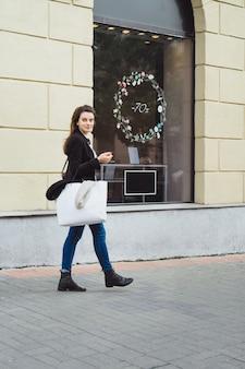 La fille fait du shopping