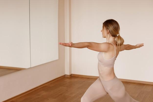 Fille fait du yoga en studio
