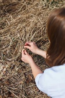 Une fille fait une greffe de pomme sauvage au début du printemps