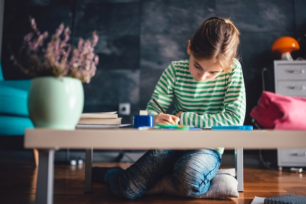 Fille fait ses devoirs