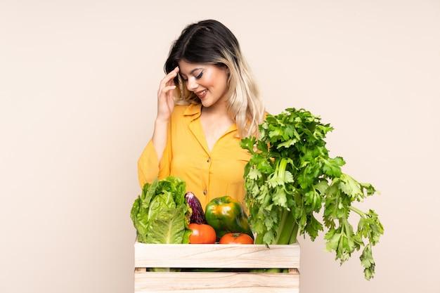 Fille de fermier adolescent avec des légumes fraîchement cueillis