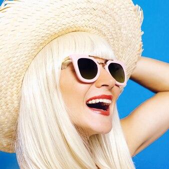 Fille de fête sur la plage. chapeau de paille, pois. style drôle de la havane.