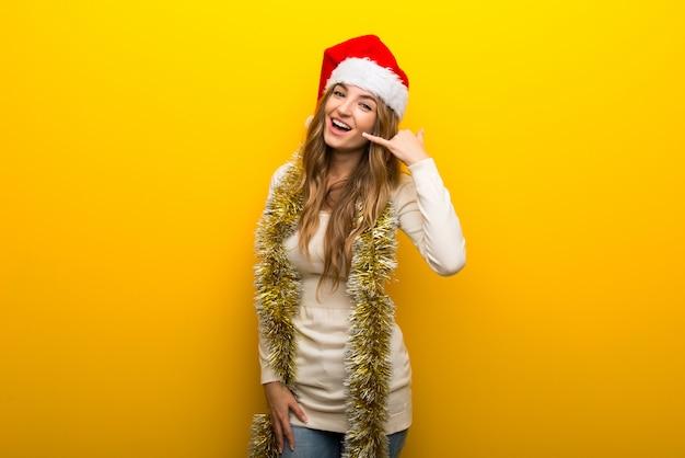 Fille fête les vacances de noël sur fond jaune