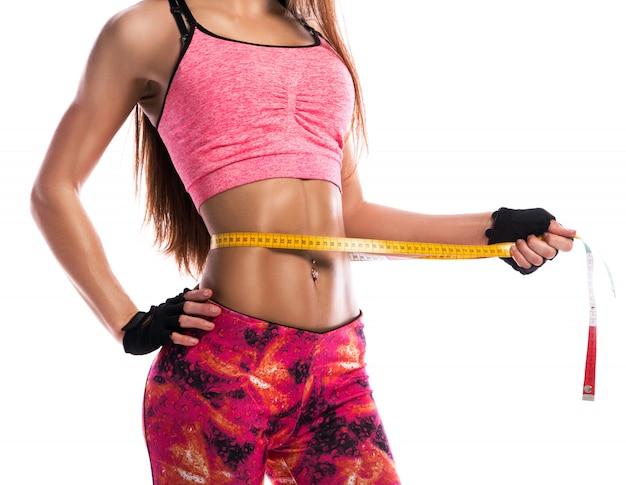 Fille fitness et ruban à mesurer