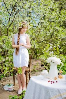 Fille fleur de jardin cerisier