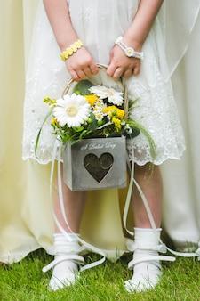 Fille de fleur tenant son bouquet, fleurs de mariage
