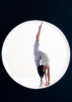 Fille flexible faisant des étirements et le poirier en studio concept de concept de créativité d'individualité