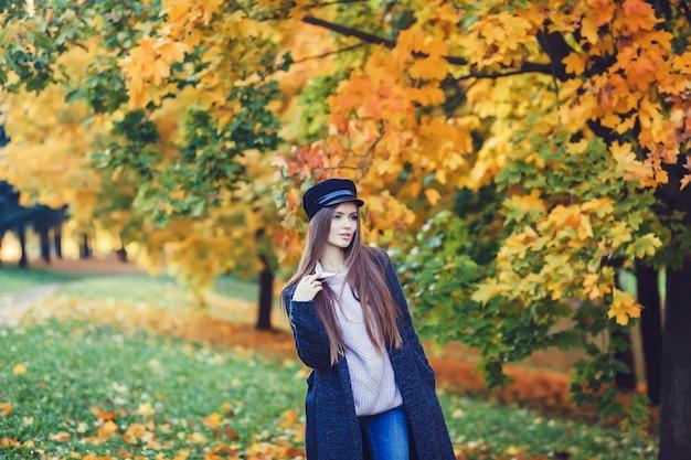 Fille en forêt d'automne