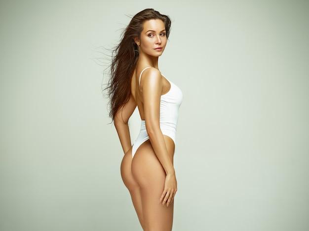Fille en forme, saine et sportive en maillot de bain. concept de sport, de remise en forme, d'alimentation et de soins de santé.