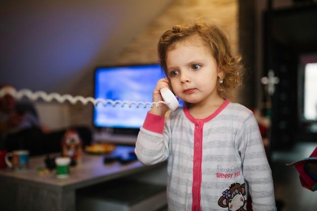Fille frustrée parlant au téléphone