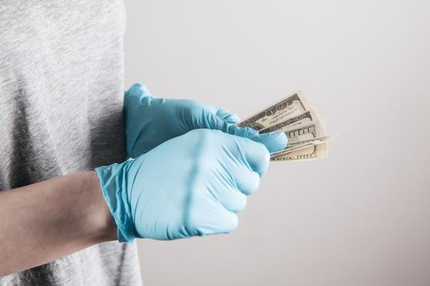 Fille avec gant médical tenant de l'argent