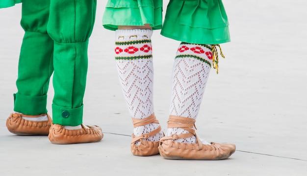 Une fille et un garçon dansent en costume folklorique,