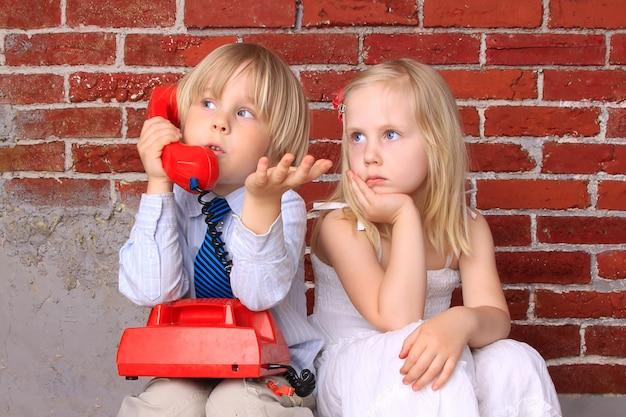 Fille et garçon avec le téléphone. relation et communication