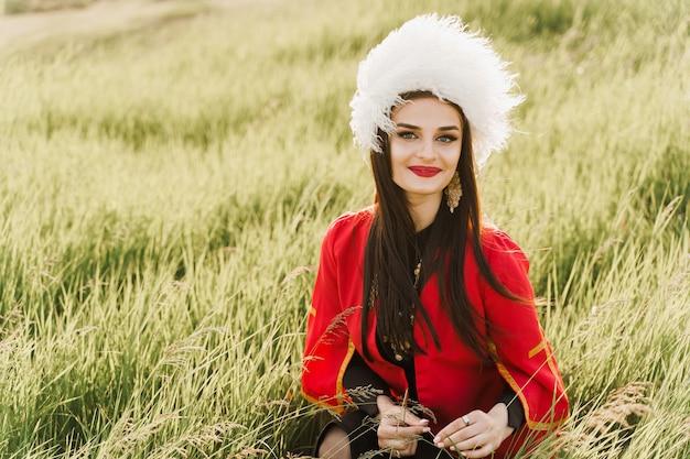 Fille géorgienne en robe nationale rouge