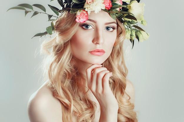Fille avec une gerbe de fleurs sur la tête