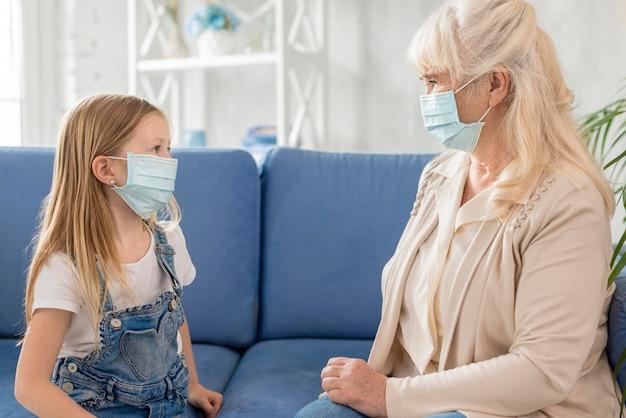 Fille et grand-mère avec masque