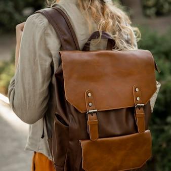Fille de gros plan avec sac à dos vintage