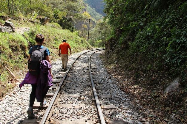 Une fille et le guide font le trekking à aguas calientes