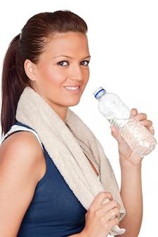 Fille de gymnastique avec une serviette et de l'eau