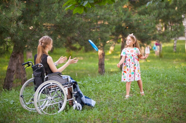 Fille handicapée joue au badminton.