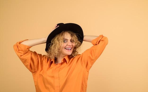 Fille heureuse au chapeau noir beauté mode accessoires féminins mode automne femme femme à la mode dans