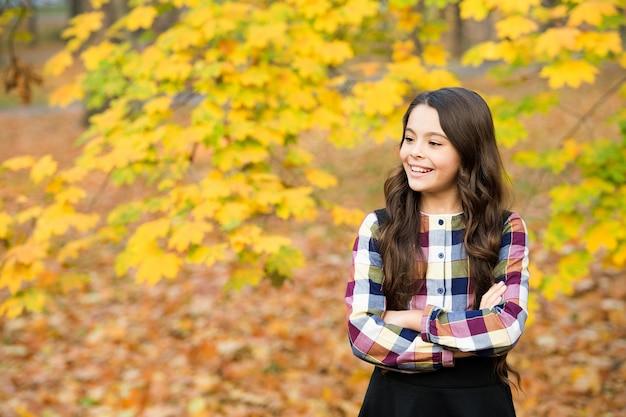 Une fille heureuse aux cheveux longs profite de la nature automnale, automne.