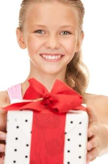 Fille heureuse avec boîte-cadeau sur blanc