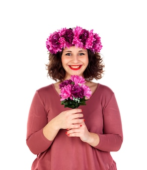 Fille heureuse avec une branche et une couronne avec des fleurs roses et violettes