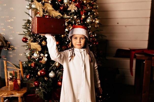 Fille heureuse avec cadeau de noël