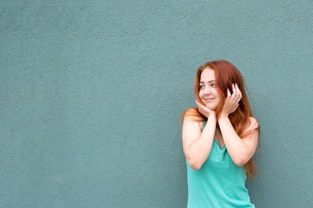 Fille heureuse cheveux roux