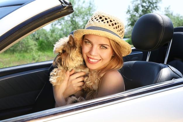 Fille heureuse avec chien coupé en cabriolet, à l'extérieur