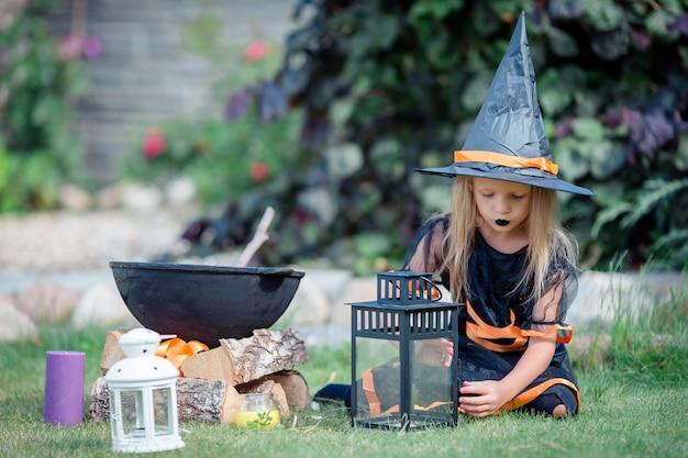 Fille heureuse en costume d'halloween