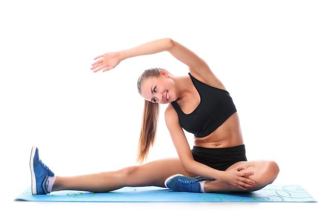 Fille heureuse, faire des exercices de fitness