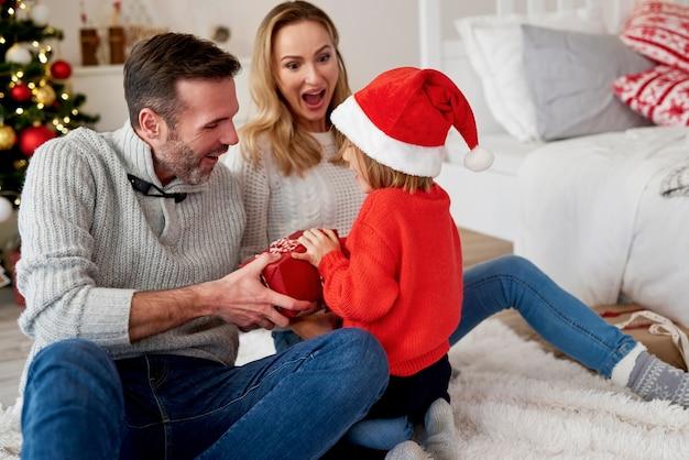 Fille heureuse en famille au moment de noël