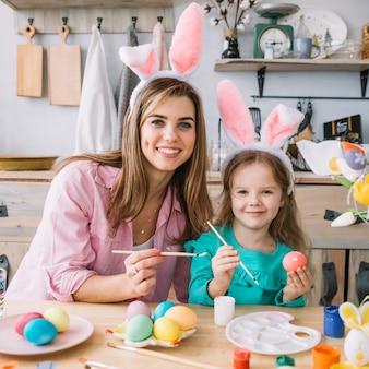 Fille heureuse avec des œufs de pâques peints